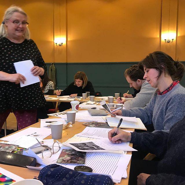 Fortellerkunst samling 4: Gro Dahle har full kontroll på gruppa og vi er heldige som har henne på besøk😊 #vikenfilmsenter #manusutvikling #fortellerkunst #grodahle #manusarbeid  #skriveglede