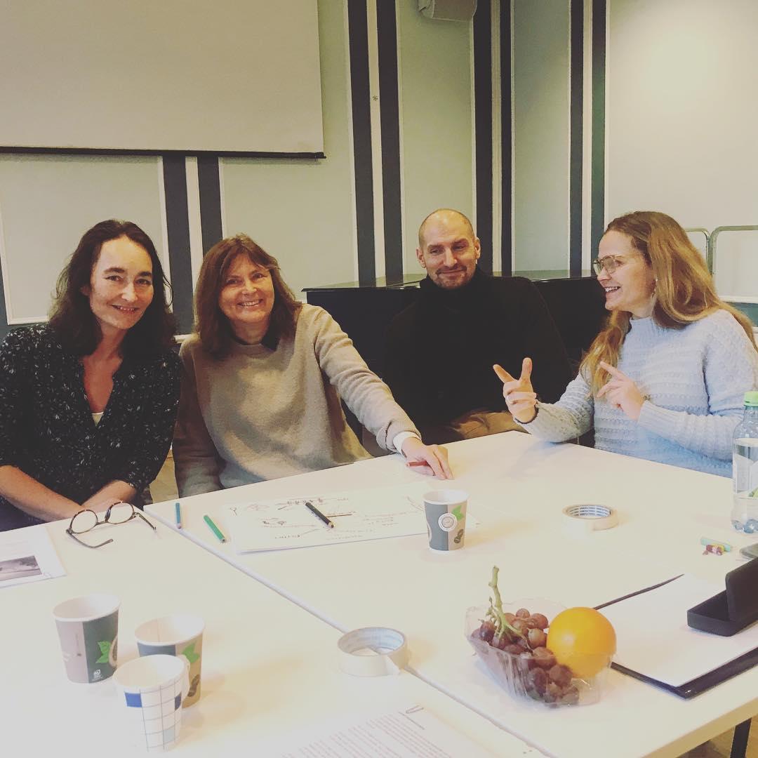 Fra manusrom i dagpå senterets fortellerkunstprogram: Kari Anne Moe, Sirin Eide , Robin Jensen og Marianne Ulrichsen.  #manusrom #fortellerkunst #fortellerglede #vikenfilmsenter #dokumentar #kortfilm  #dramaturgi #manus #manusutvikling