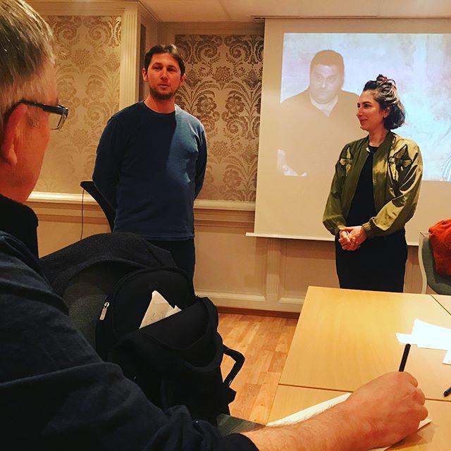 Sånn ser det ut når Iikka Vehkalati veileder deltakerne i utviklingsprogrammet Veier ut av Viken! Alle har levert inn materiale  på engelsk i forkant og det ryktes at han leser veldig nøye og gir presise tilbakemeldinger, så her er det full konsentrasjon😊